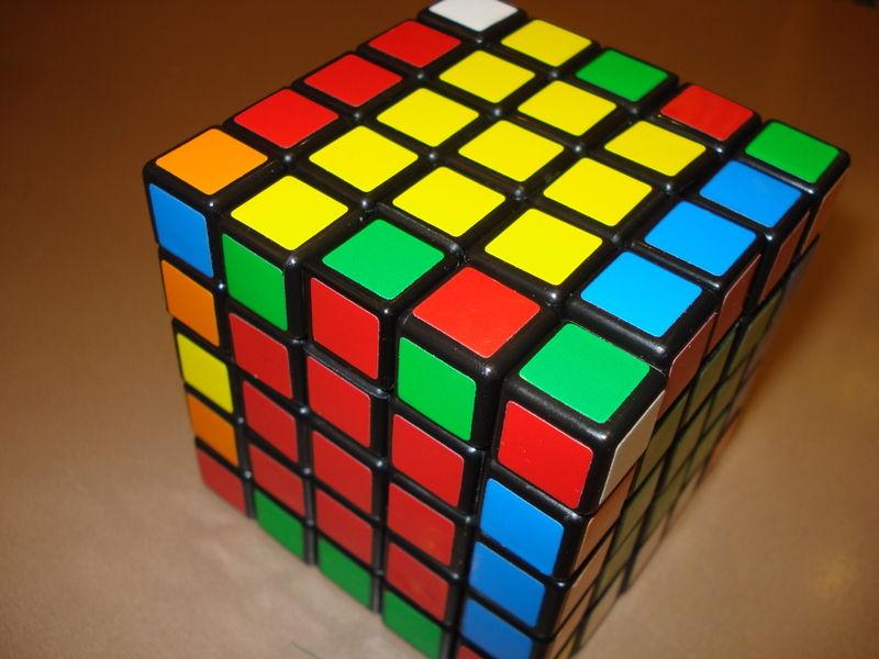 Bagain tengah setiap sisi disamakan. Rubik 5x5.