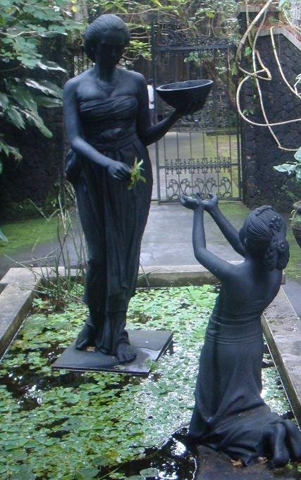 Salah satu patung yang berada di halaman museum.