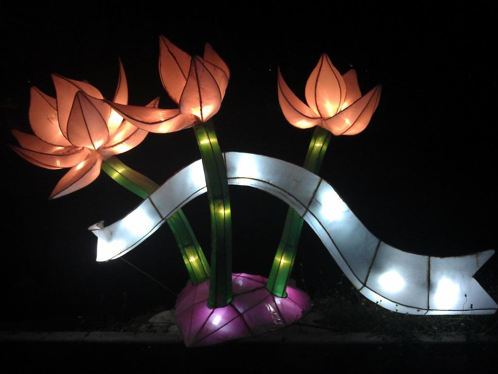 Lampion berbentuk bunga lotus.
